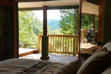 Verandah Vista: Renovated/ Private/Stream/Hot Tub