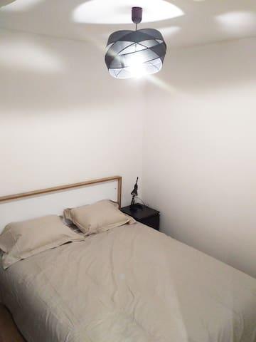 Chambre avec lit 2 places, rangements.