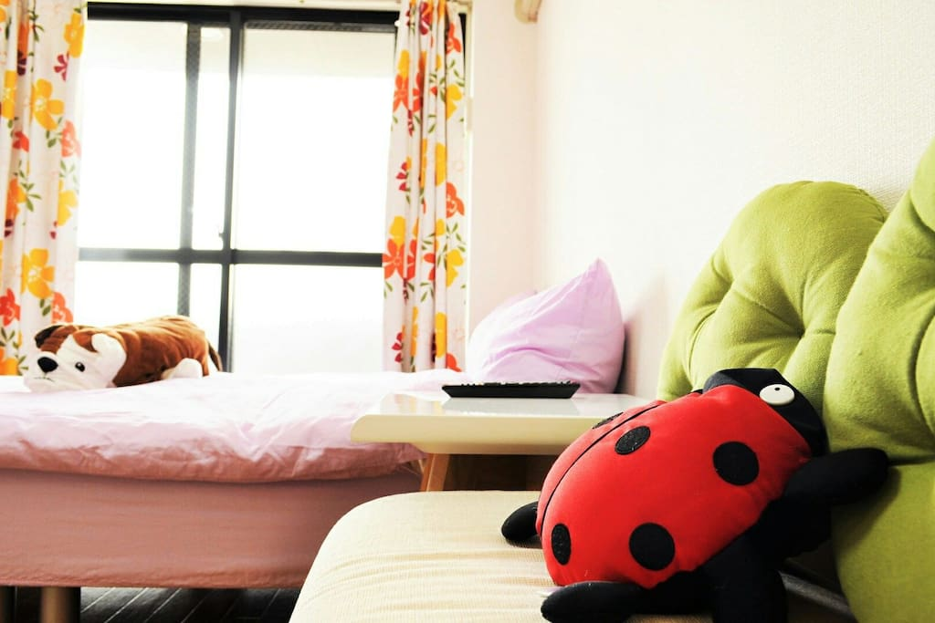 It is a very bright room going to Kaai very much. Even two people are one, but can stay comfortably.