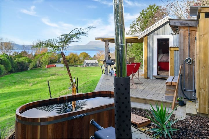 Romantic secluded shepherds hut lake views hot tub