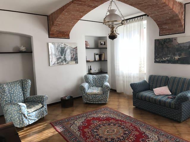 Soggiorno con tv e divano (divano letto).
