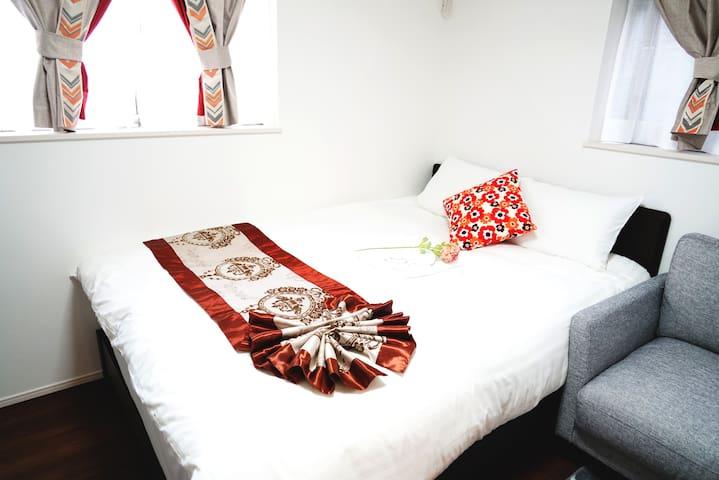 三楼小卧室,标准双人床