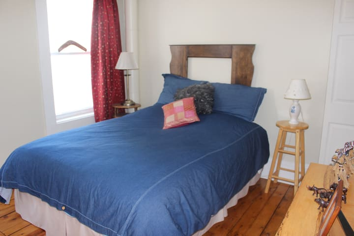 Bright Room in Cozy Home - NorthEnd