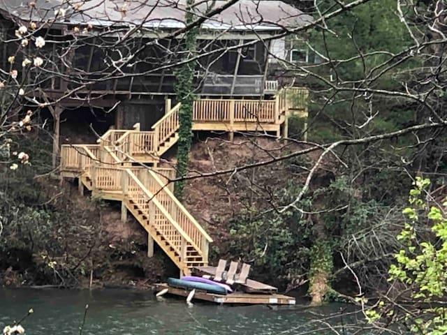 Sweet Waterfront Cottage on Lake Santeetlah
