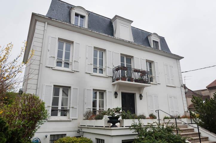 Appt Calme avec terrasse & pkg à 15' de la Défense - Montesson