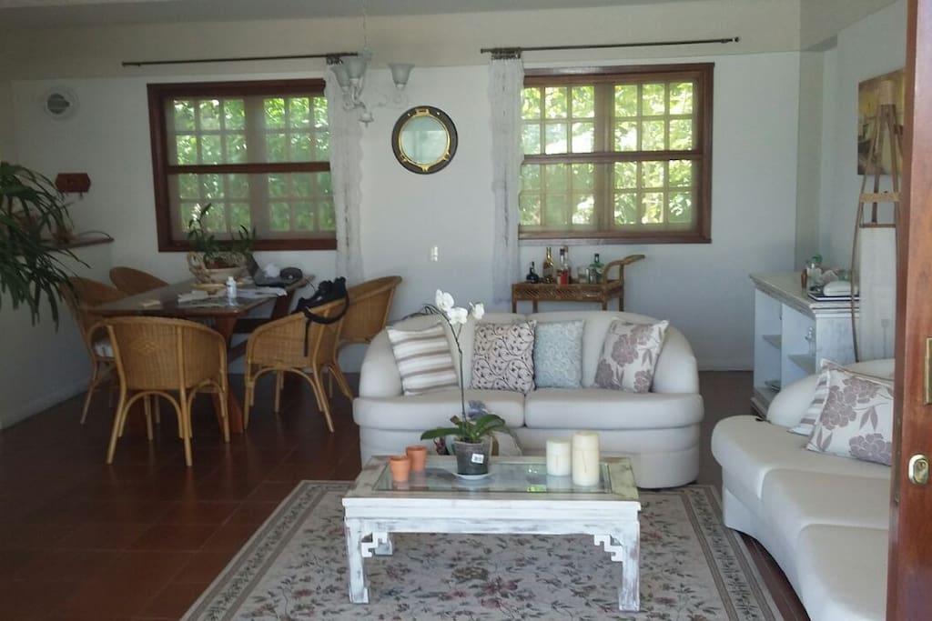 Sala de estar da casa de frente para a piscina, é composta por outra cozinha completa com 1 geladeira e um freezer