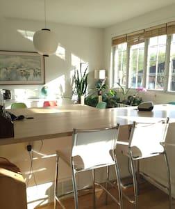 Chaleureuse maison à 15 minutes du centre de Mtl. - Montréal - Lejlighed