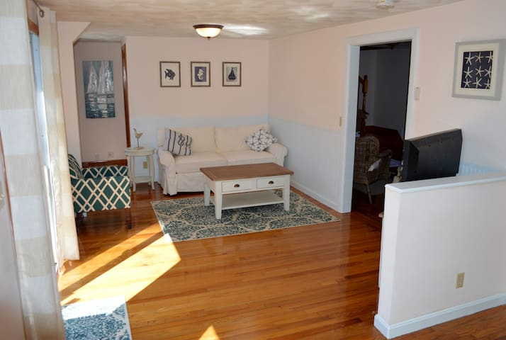 Sunny 3 Bedroom, Walk to the Beach! - Narragansett - House