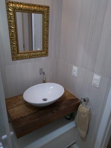 Banheiro com ducha quente e fria e box.