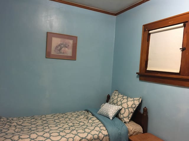 Cozy private bedroom nearby downtown - Milwaukee