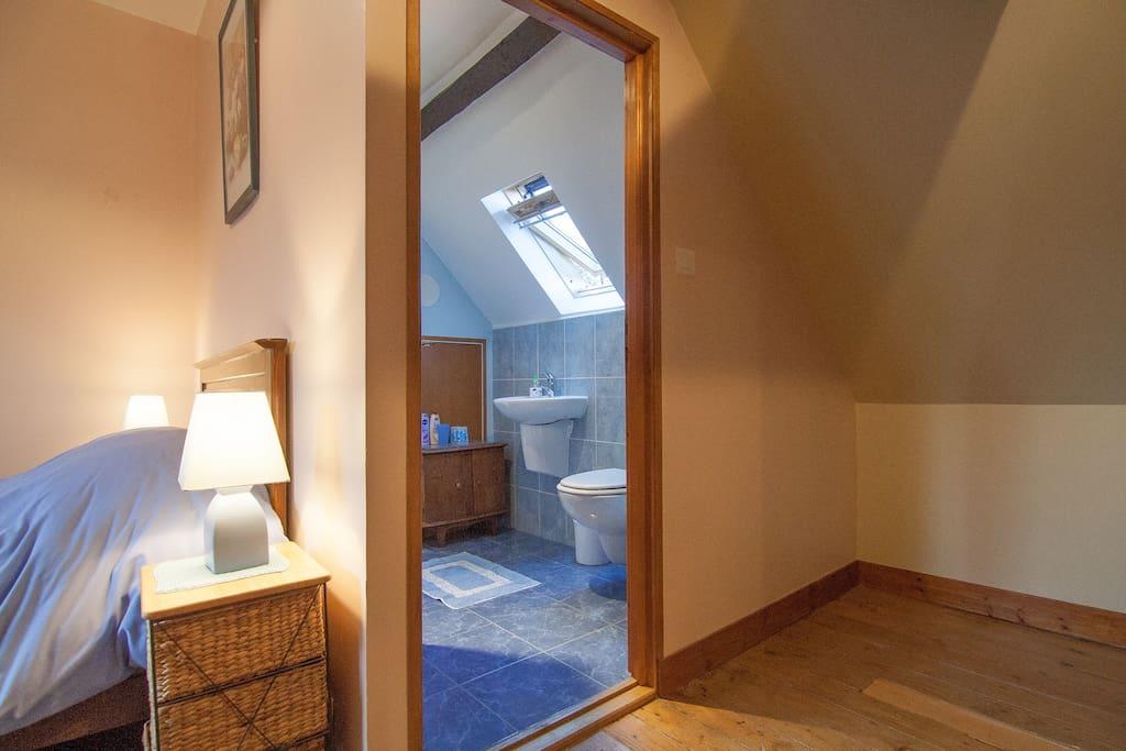 Kijkje in de badkamer met douche