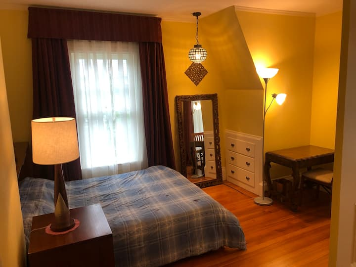 Comfortable queen size  bedroom 15 min from Boston
