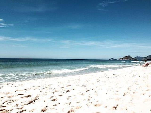 Praia da Reserva em frente ao condomínio.