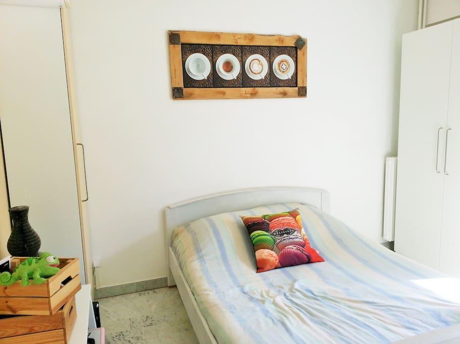 Chambre à coucher avec accès au balcon