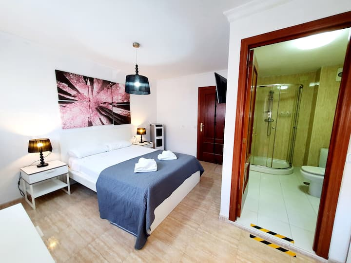 Private suite with bath, 1 min walk  to the beach