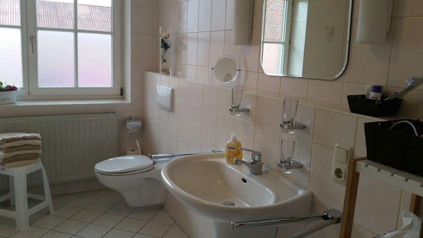 Bad mit Badewanne u. Dusche