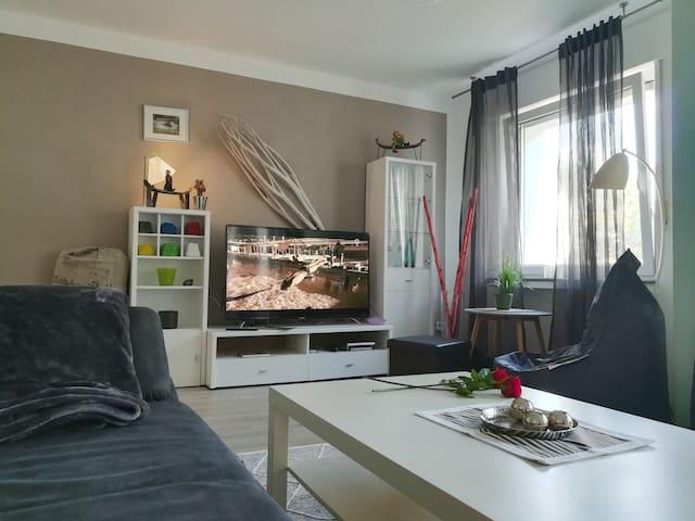 140 cm  großer neuer Flachbildschirm   !!!....neue, sehr gemütliche Couch und TV Sitzsack mit Hocker ...großes Fenster  mit Rolladen und zum Balkon raus eine ebenfalls sehr große Doppeltür mit elektrischen Rolladen...o