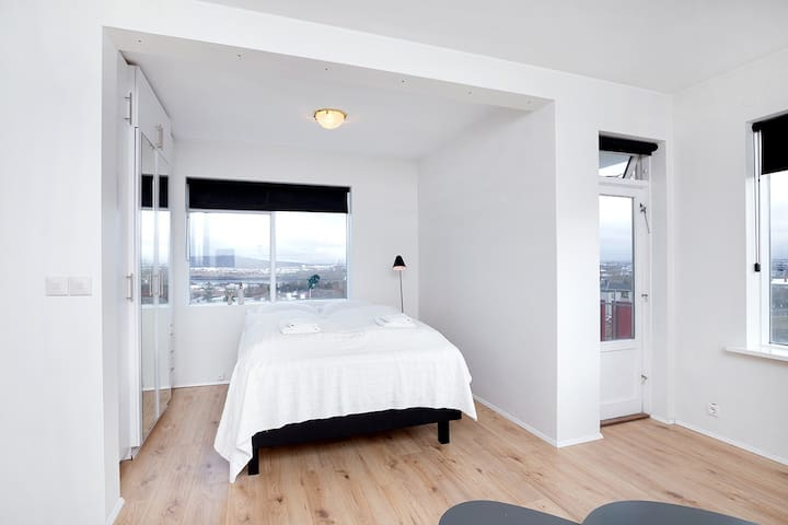 Bedroom with double/queen size bed