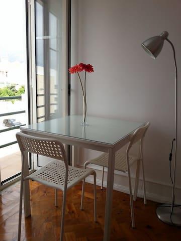 Quarto 01 - cama de casal, mesa de cabeceira com abajur, mesa de refeição/trabalho com 2 cadeiras , armário, cômoda, aquecedor, ventoinha