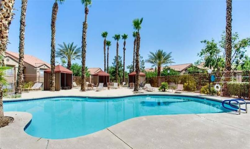 Beautiful 3 bedroom Condo 10mins from the strip!