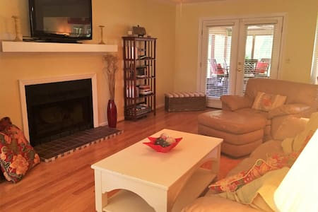 Battery Creek Cottage (.5 miles to Parris Island) - Beaufort - Townhouse