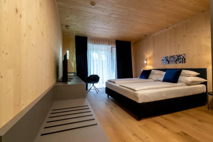 GästeHAUS & HOFladen Familie Öllerer (Sitzenberg), Zimmer Magriet - maskuline Eleganz & schwarzes Leder