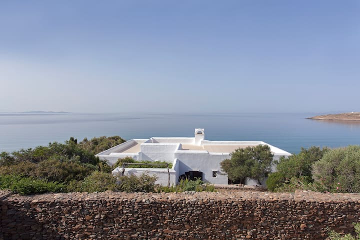 Beautiful high end cycladic villa by the sea