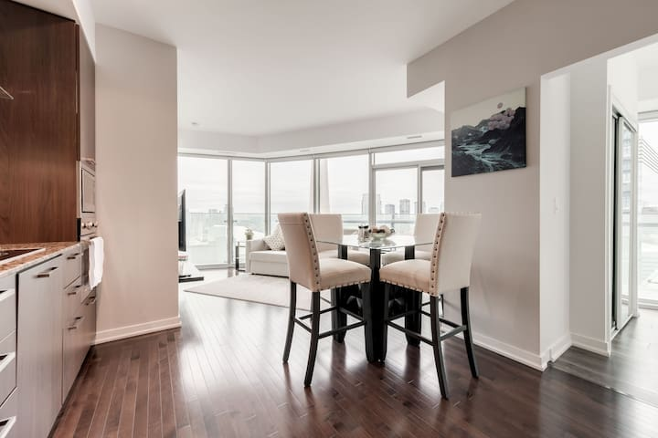 2 BDRM + Sofabed + Parking - CN & Waterfront View