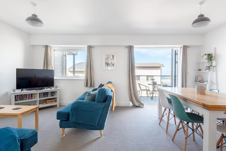 Spacious Flat w/ Sea Views & Private Parking, Fistral
