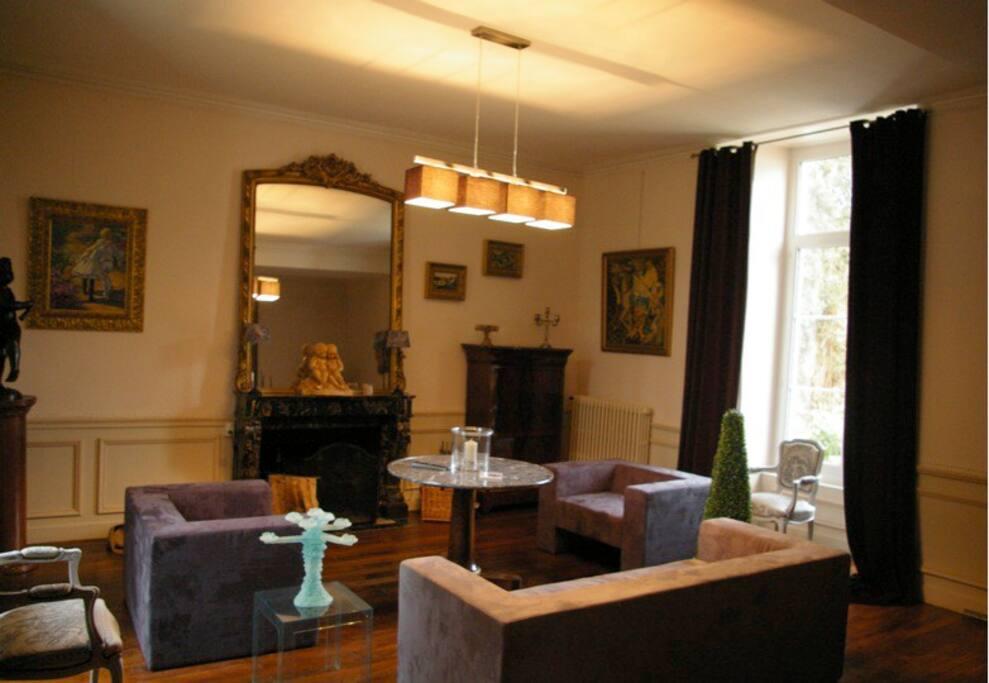 Un grand salon moderne et chaleureux