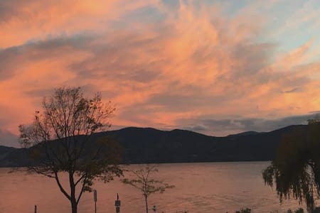 Lake Okanagan Beachfront 2-Bedroom Carriage House. - Peachland - Guesthouse