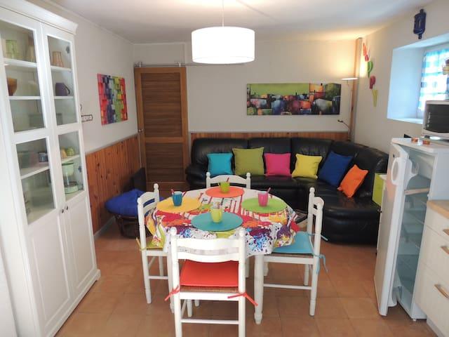 Maison de village aux couleurs vivifiantes