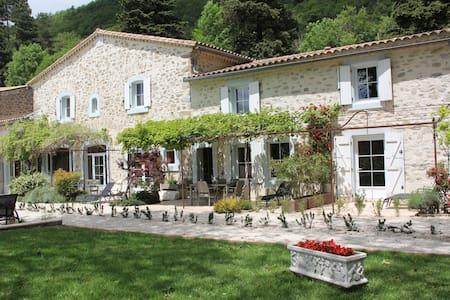 Les Jardins de Soulane ( site Web et Face Book ) - Belcastel-et-Buc - 家庭式旅館