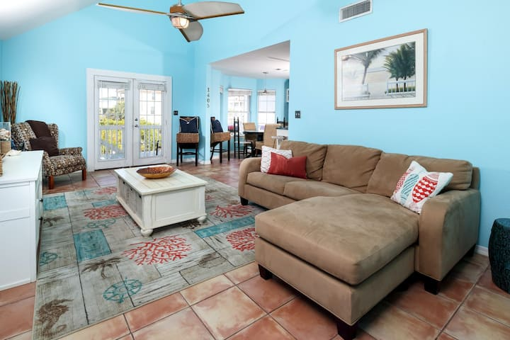 Dog-Friendly Home W/ Deck, 900 Ft To The Beach!