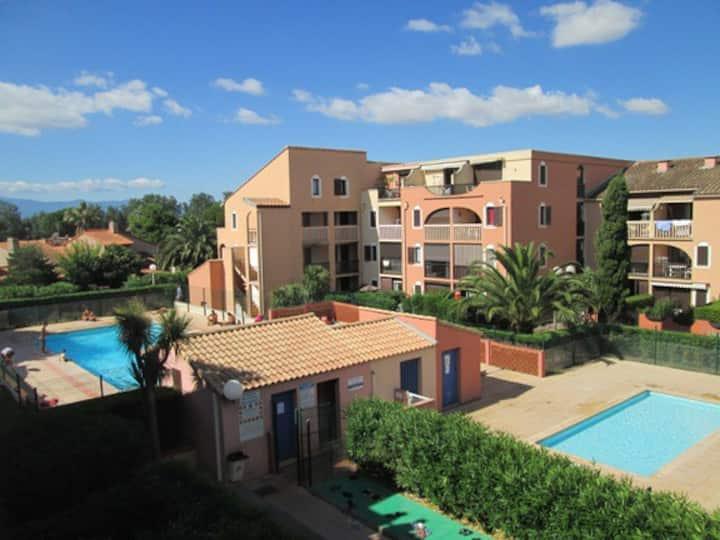 Grand studio confort, terrasse, piscine, parking