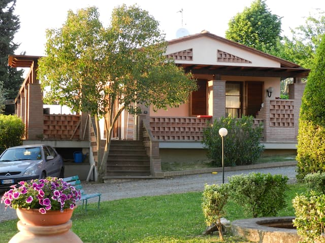 The little house in Villa Calabrò - Lari