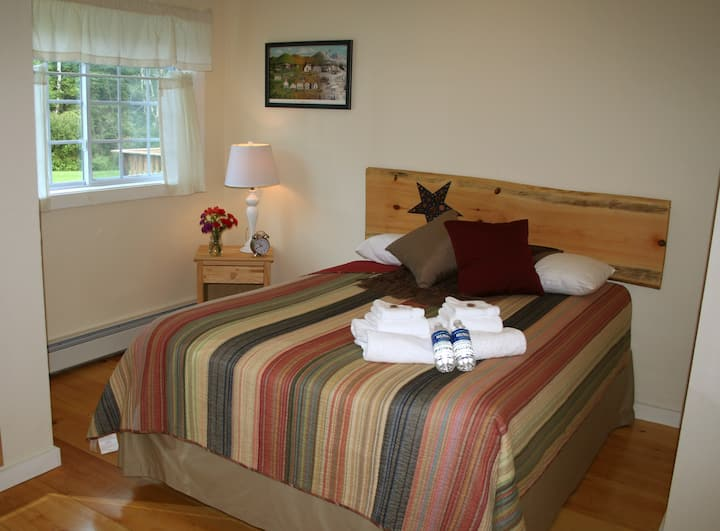 Queen Room with Private Bath - The Trailside Inn