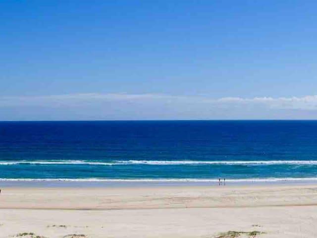 KIRRA'S BEST OCEAN VIEWS! TENTH FLOOR, FREE WIFI..