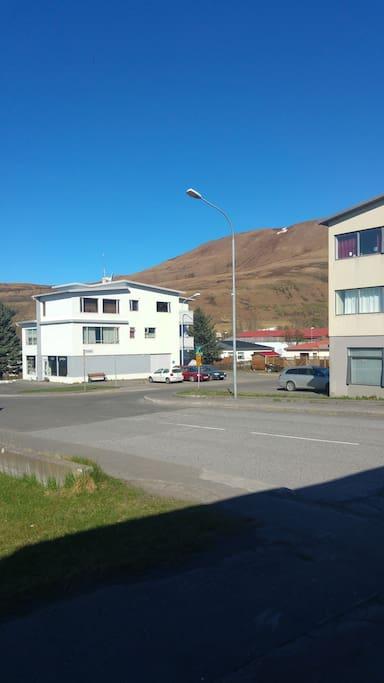 skrzyżowanie Gardarsbraut z Fossvellir, po prawej dom w Którym jest apartamen