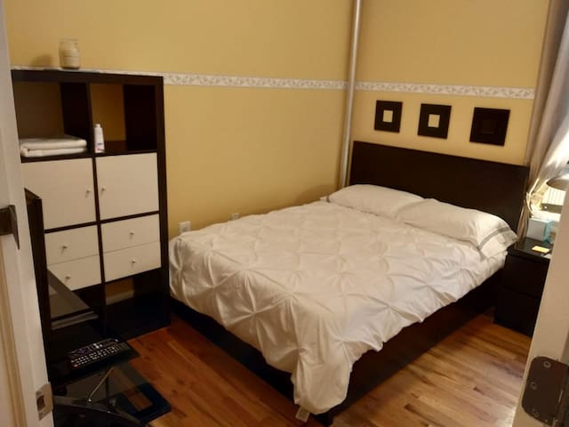 Nice & cozy room located in Manhattan apt!!