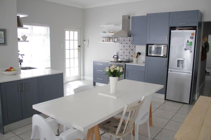 Sunny, family friendly cottage in leafy Wynberg - Cidade do Cabo - Casa