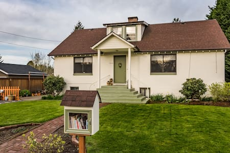 UNIQUE RETRO Apartment: Wimsey Book Cellars - Newberg