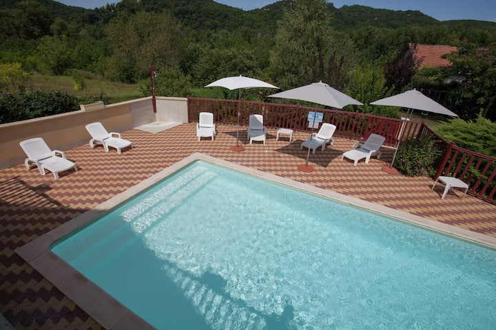 Holiday home right on the river bank with private swimming pool in Saint-Julien-de-Lampon
