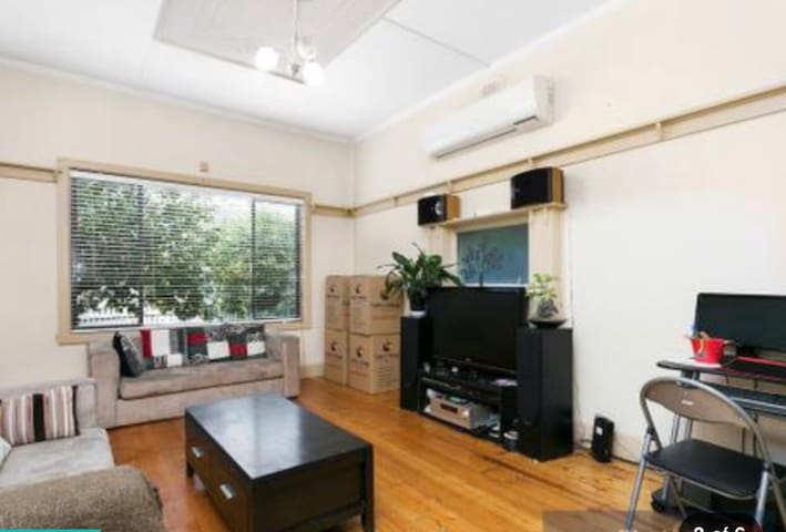Prime location home - Footscray - Maison