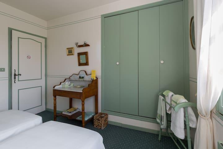 Chambre Olive possibilité lit en 180 de large. grands placards et penderie
