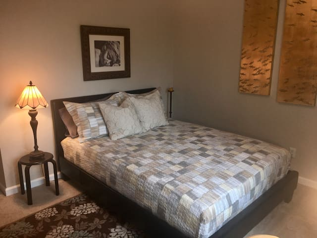 Cozy and convenient in San Diego! (30+ days)