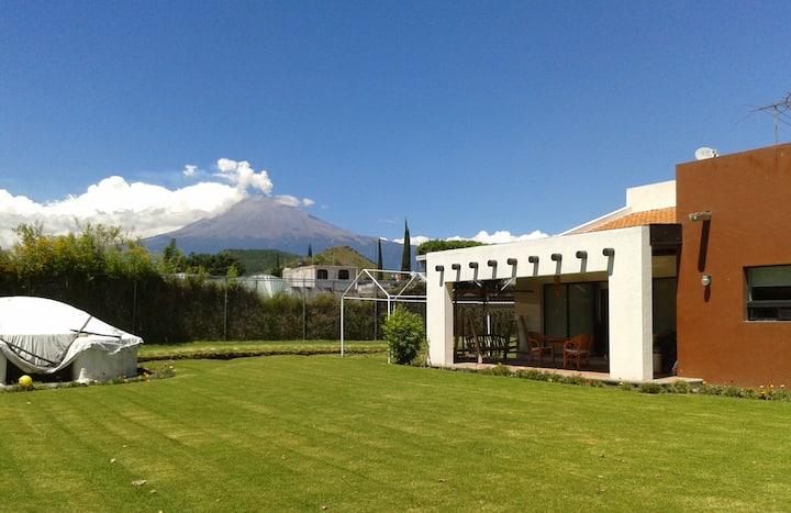 Preciosa casa c/jardín, terraza y vista al volcán.