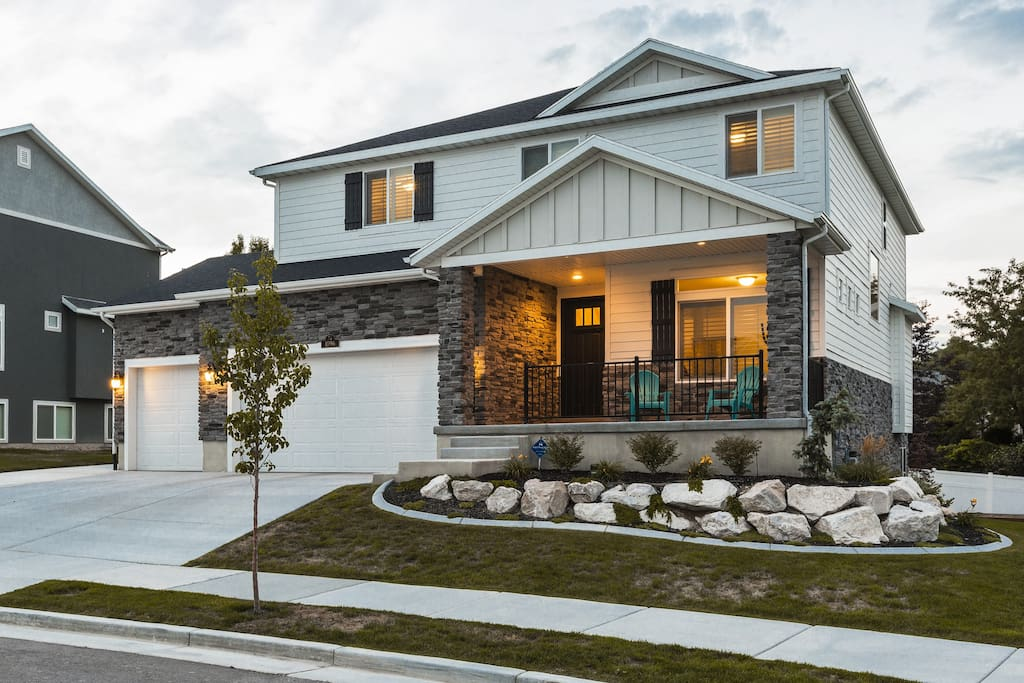 4 Bedroom 2 5 Bath South Jordan Home Houses For Rent In South Jordan Utah United States