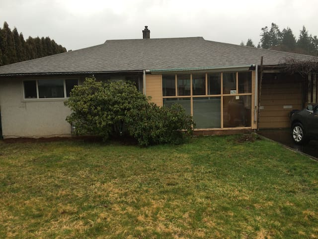 Cute, bright bungalow in Comox, BC - Comox - Huis
