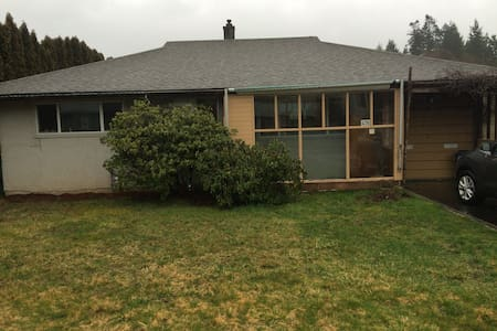 Cute, bright bungalow in Comox, BC - Comox - Casa